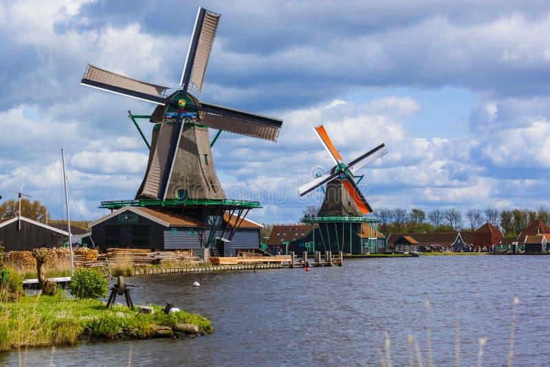 Moinhos de vento em Zaanse Schans - Países Baixos imagens de stock