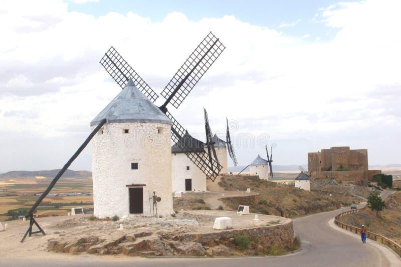 Moinhos de vento espanhóis e um castelo no La Mancha, Espanha imagem de stock royalty free