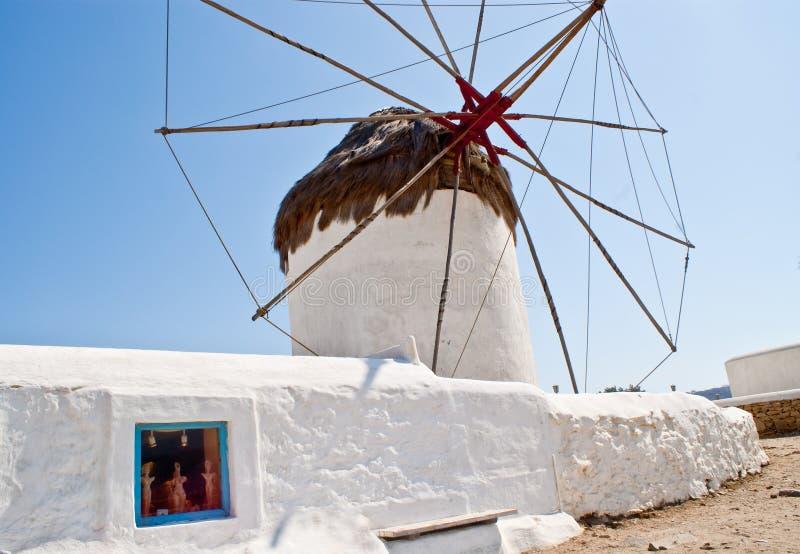 Moinhos de vento gregos em Mykanos foto de stock royalty free