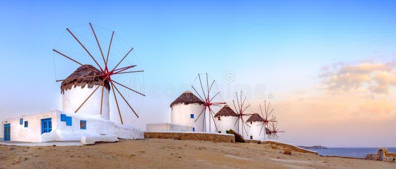 Moinhos de vento gregos tradicionais na ilha de Mykonos, Cyclades, Grécia fotos de stock royalty free