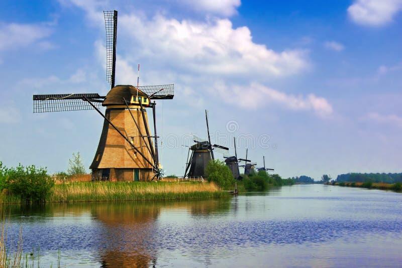 Moinhos de vento holandeses de Kinderdijk imagens de stock