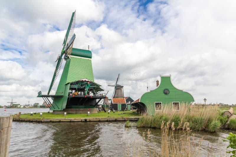 Moinhos de vento holandeses tradicionais em Zaanse Schans, Amsterdão fotografia de stock royalty free
