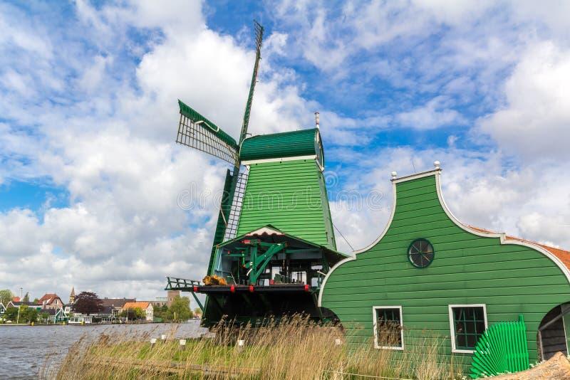 Moinhos de vento holandeses tradicionais em Zaanse Schans, Amsterdão fotografia de stock