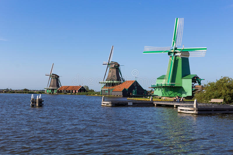 Moinhos de vento holandeses tradicionais em Zaanse Schans, Amsterdão, Países Baixos foto de stock royalty free