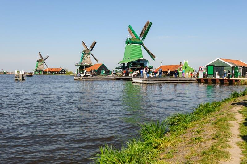 Moinhos de vento holandeses tradicionais em Zaanse Schans, Pa?ses Baixos imagens de stock royalty free