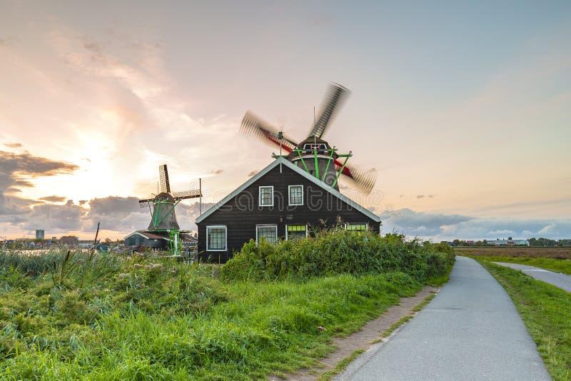 Moinhos de vento holandeses tradicionais no crepúsculo, Zaanse Schans, Amsterdão imagens de stock