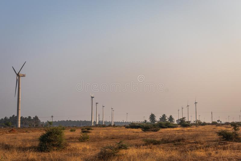 Moinhos de vento muitos que dirigem em um sentido na manhã imagem de stock