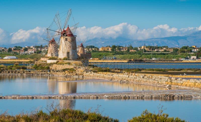 Moinhos de vento na reserva natural do ` salino de Stagnone do dello do ` perto do Marsala e do Trapani, Sicília imagem de stock