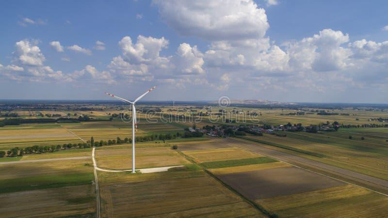 Moinhos de vento no campo, Polônia, 08 2017, vista aérea fotografia de stock