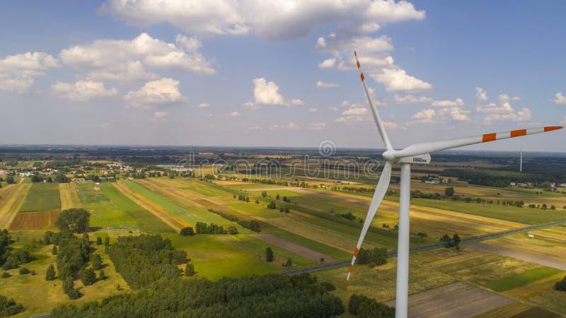 Moinhos de vento no campo próximo, Polônia, 08 2017, vista aérea fotografia de stock