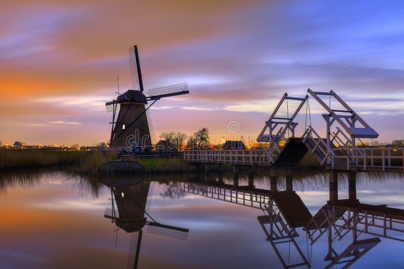 Moinhos de vento no crepúsculo após o por do sol no kinderdijk famoso, Países Baixos fotos de stock royalty free