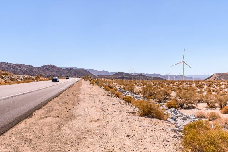 Moinhos de vento no deserto seco em Califórnia do sul EUA no dia quente brilhante no verão fotos de stock