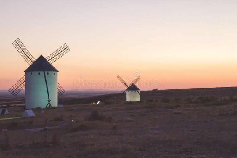 Moinhos de vento no por do sol no mancha do la de castilla, spain imagens de stock royalty free