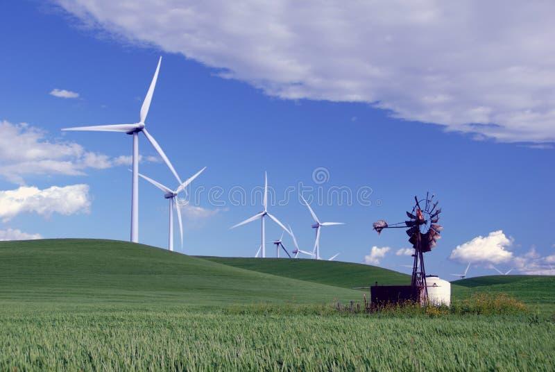 Moinhos de vento novos para velho fotos de stock