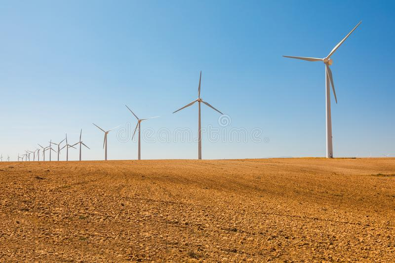Moinhos de vento para a produção da energia elétrica, província de Zaragoza, Aragon, Espanha fotos de stock