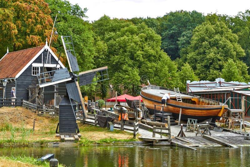 Moinhos de vento perto de um lago em Arnhem imagem de stock