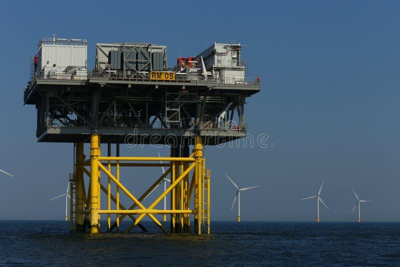 Moinhos de vento a pouca distância do mar da plataforma do windfarm de Rampion fora da costa de Brigghton, Sussex, Reino Unido foto de stock royalty free