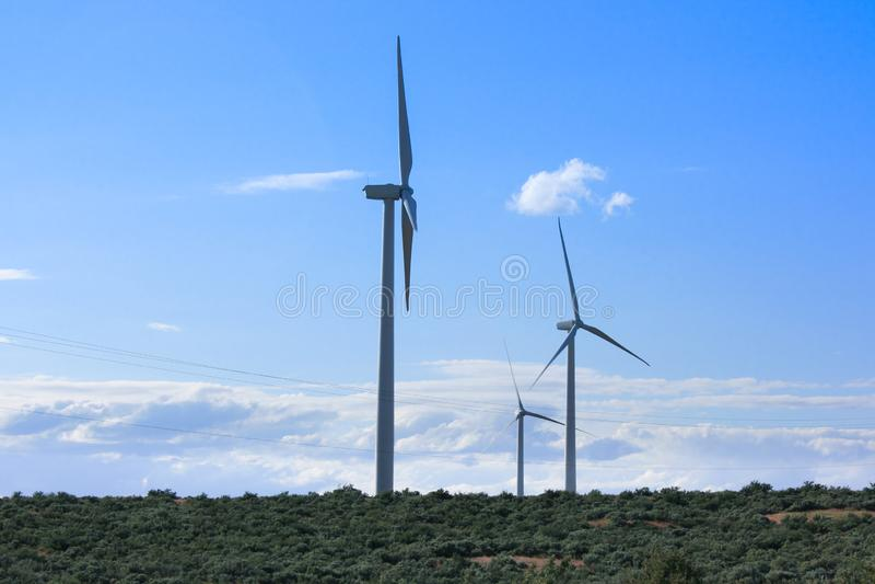Moinhos de vento que alcançam para o céu fotos de stock royalty free