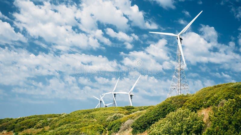 Moinhos de vento, turbinas eólicas para a energia elétrica fotos de stock