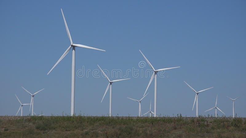 Moinhos de vento, turbinas e?licas, poder do gerador do campo de trigo da agricultura, eletricidade foto de stock