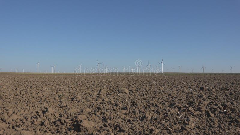 Moinhos de vento, turbinas e?licas, poder do gerador do campo de trigo da agricultura, eletricidade foto de stock royalty free