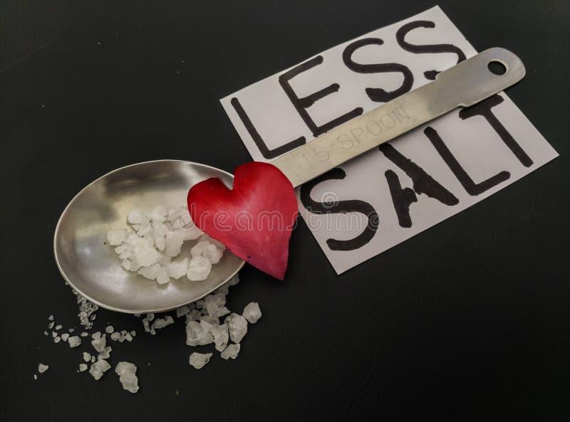 Moins de sel pour le message de concept de santé de coeur photographie stock libre de droits