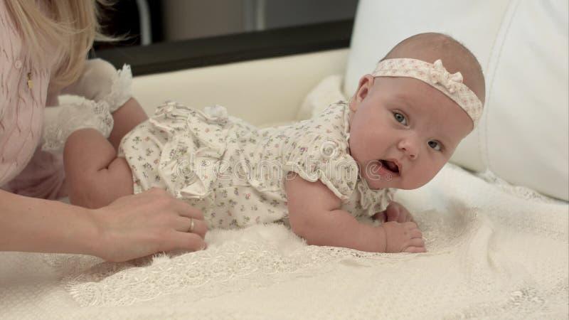 3 mois mignons de bébé se couchant sur une couverture images libres de droits