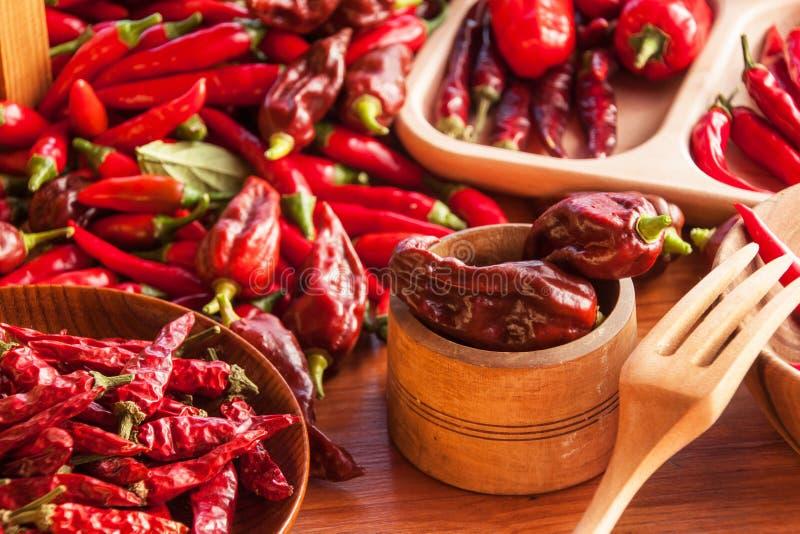 Moisson des poivrons de piments Préparation à sécher l'assaisonnement épicé Vente des épices photographie stock