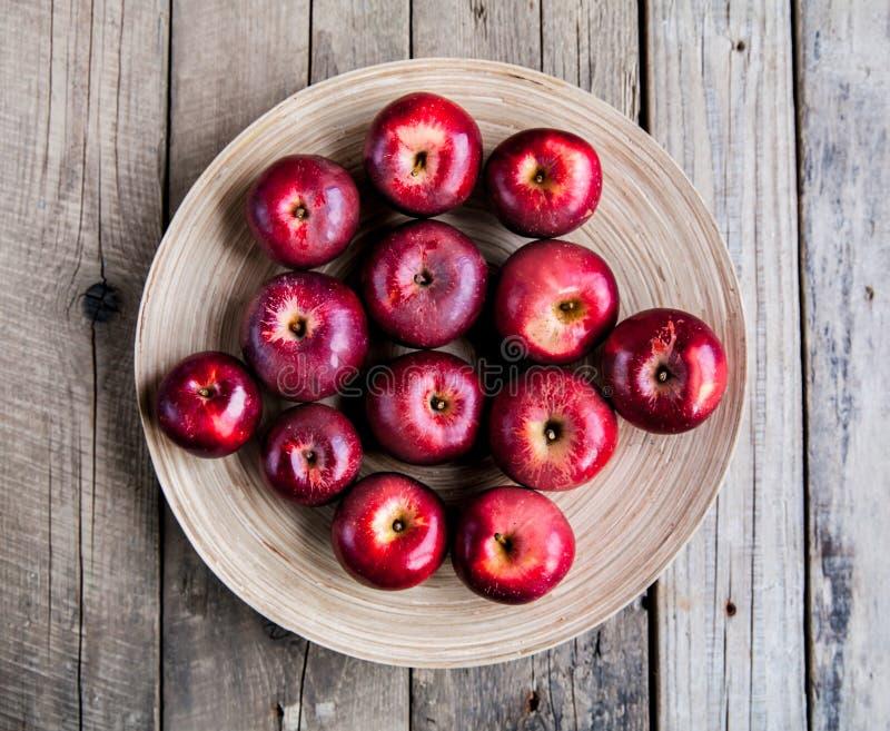 Moisson fraîche des pommes Thème de nature avec des raisins rouges et le panier sur le fond en bois Concept de fruit de nature photos stock