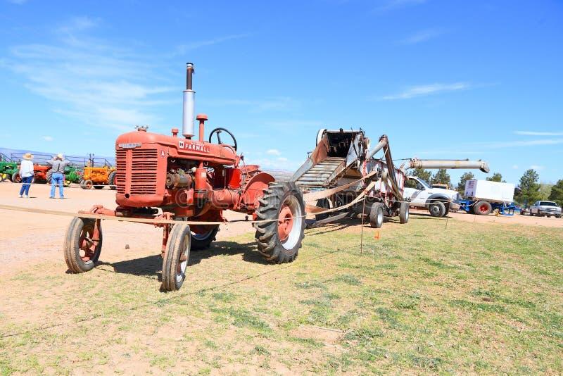 Moissonneuse de traction et actionnante de tracteur antique de cartel photographie stock libre de droits