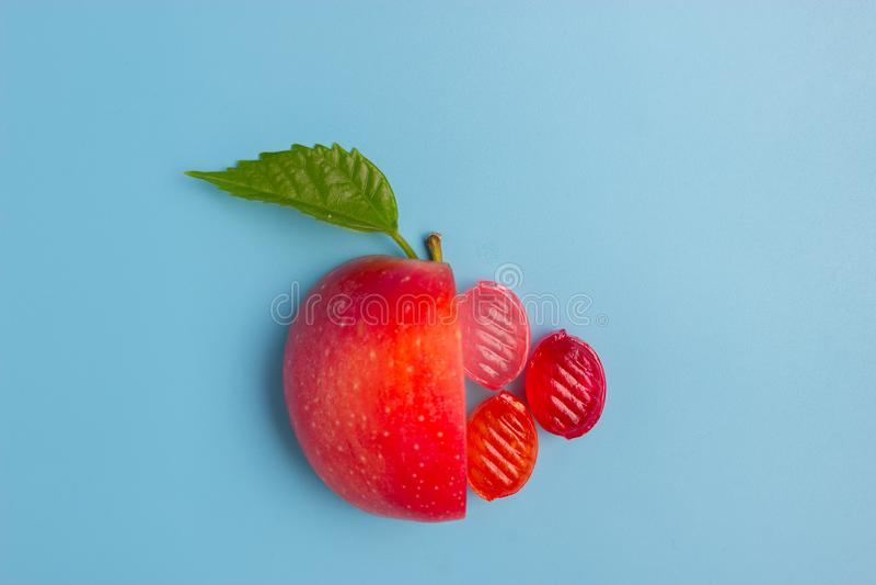 Moitié d'une pomme et d'un aliment de bonbon photo stock