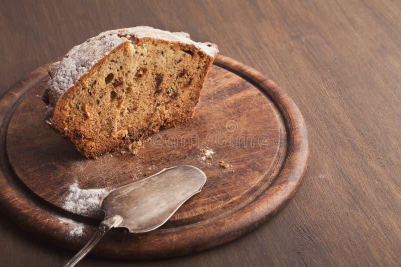 Moitié de gâteau de Pâques arrosée avec du sucre en poudre photos libres de droits