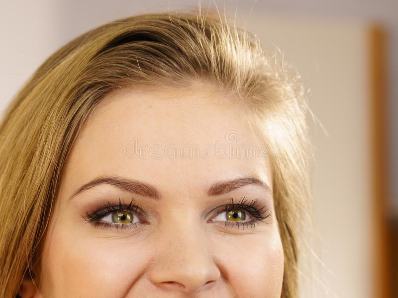 Moitié de visage de femme Jeune femelle et ses yeux image stock