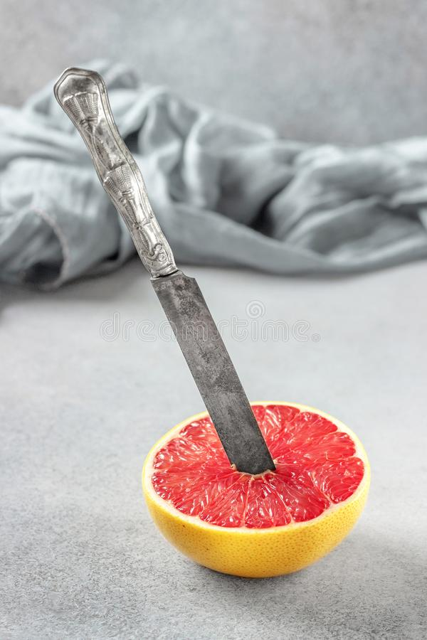 Moitié mûre des agrumes de pamplemousse rose sur la table en pierre SL photographie stock