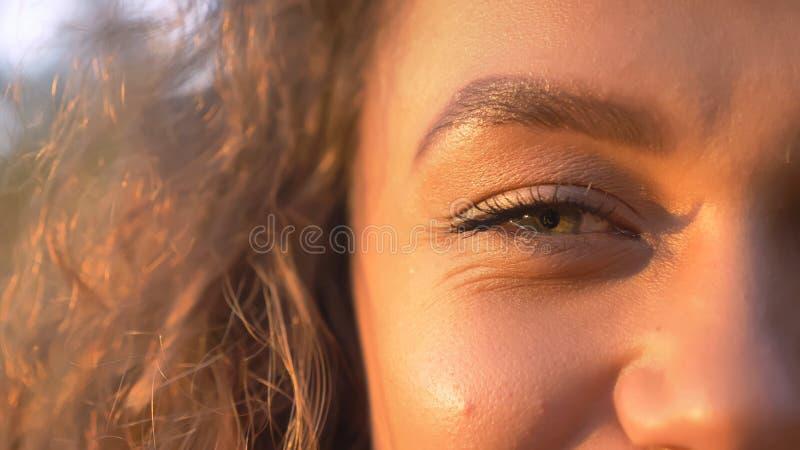 Moitié-portrait en gros plan de la fille caucasienne assez aux cheveux bouclés souriant dans la caméra en parc automnal photographie stock