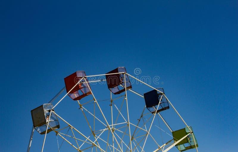 Moitié supérieure de roue de ferris avec le fond de ciel bleu images stock