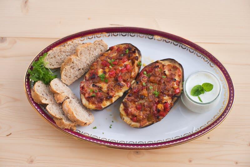 Moitiés bourrées d'aubergine avec le poivron doux et le fromage d'oignon de tomate photo stock