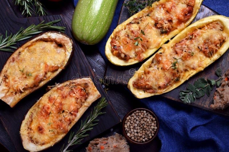 Moitiés bourrées d'aubergine et de courgette images libres de droits