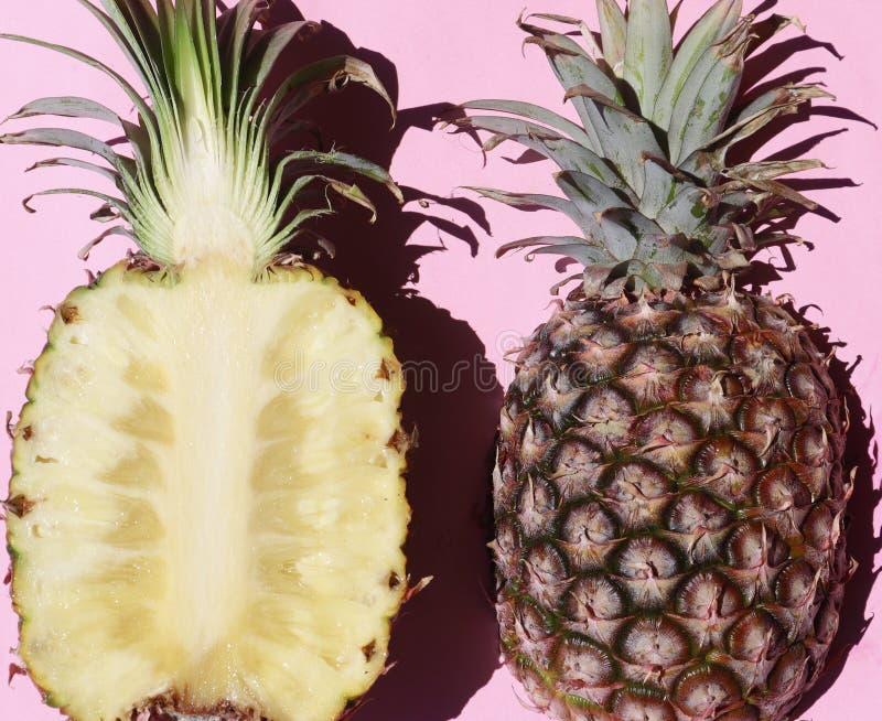 Moitiés d'ananas sur Pale Pink Background photos libres de droits