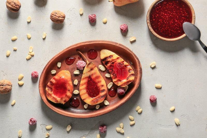 Moitiés des poires grillées savoureuses avec la confiture du plat image libre de droits
