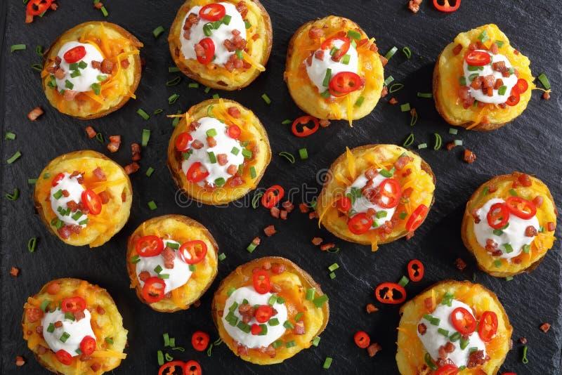 Moitiés deux fois cuites au four de pommes de terre, vue supérieure image libre de droits