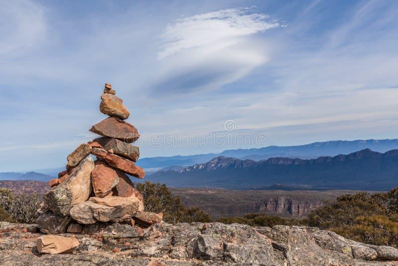 Mojón de piedra encima del soporte Guillermo, Grampians foto de archivo libre de regalías