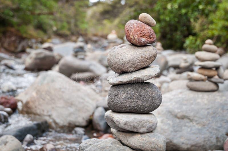 Mojón de piedras equilibradas en naturaleza por la orilla fotografía de archivo libre de regalías