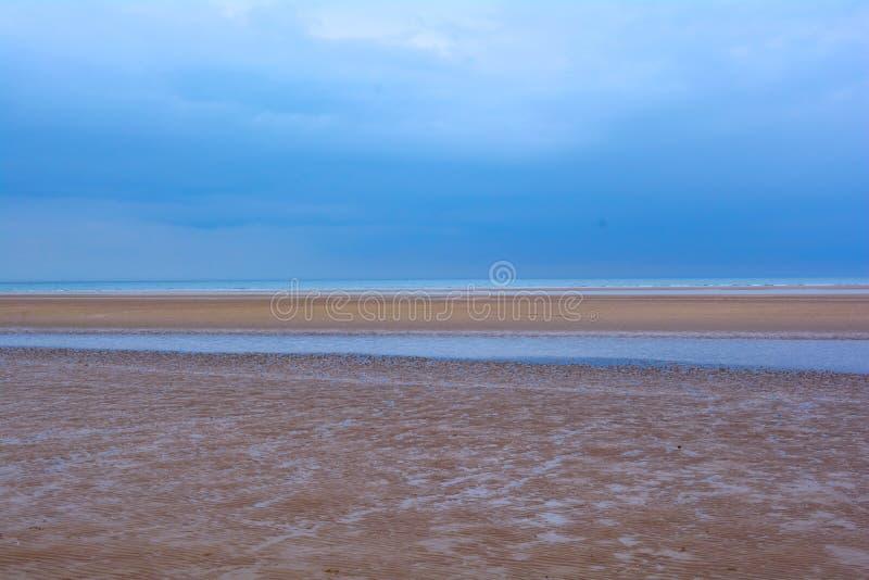 Moje la playa arenosa, el cielo azul y el mar, mar septentrional, playa de Holkham, Reino Unido imagen de archivo libre de regalías