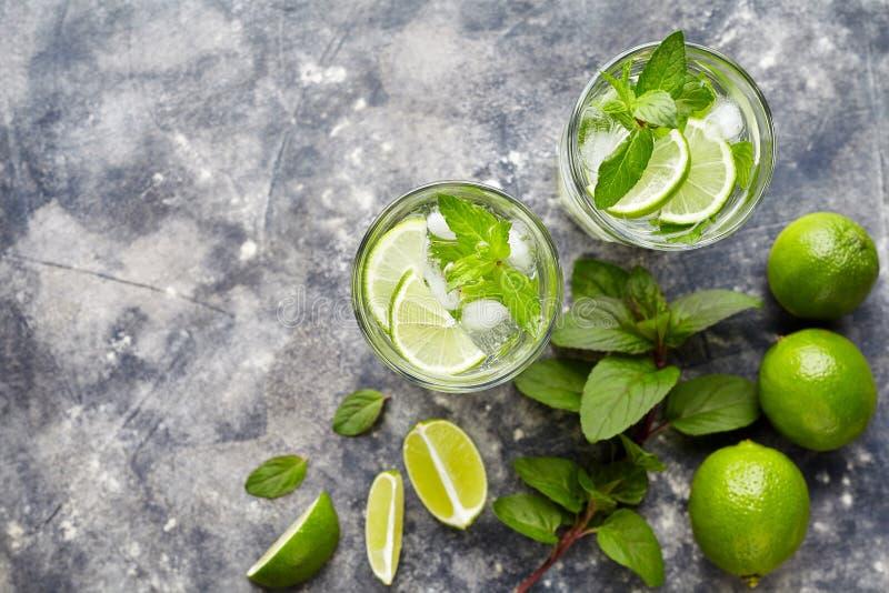 Mojito传统古巴highball鸡尾酒酒精饮料,夏天热带假期饮料用兰姆酒,薄荷薄菏 图库摄影