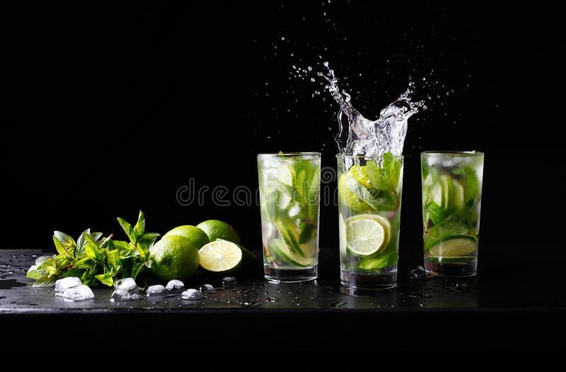 Mojito刷新在高玻璃杯的夏天海滩热带鸡尾酒非酒精饮料与飞溅苏打水,柠檬汁 图库摄影