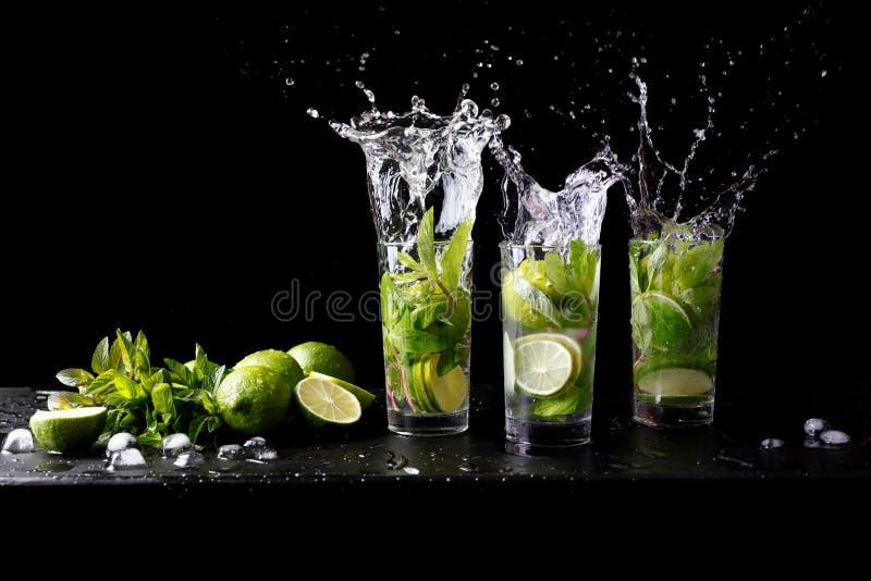 Mojito刷新在玻璃highball酒精饮料的夏天海滩热带鸡尾酒飞溅与苏打水,柠檬汁 免版税库存照片
