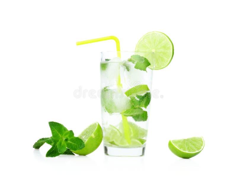 Mojito饮料在满地露水的玻璃、冷水、冰块、薄菏、秸杆和l 库存照片