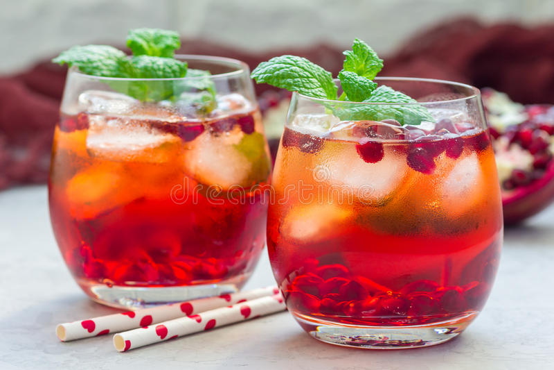 Mojito鸡尾酒用石榴、薄菏、柠檬汁和冰,水平 免版税图库摄影
