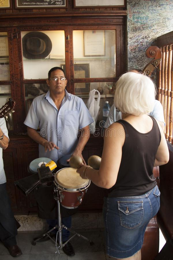 Mojito Куба Гавана бара Hemingway с музыкантом стоковые изображения